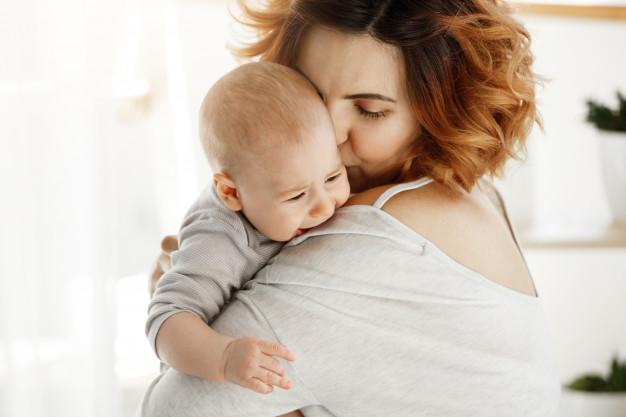 Vỗ ợ hơi sau khi bú xong giúp trẻ giảm triệu chứng trào ngược dạ dày thực quản