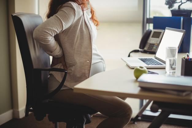đau lưng trên do các bệnh về xương khớp