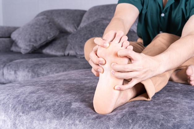 Tê bì chân tay khi ngủ là gì