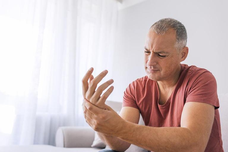 Tê bì chân tay sau tai biến là bệnh gì